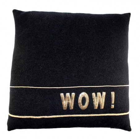 'Wow' pillow with lines